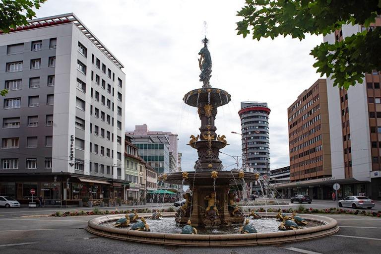 CH_190711 Sveitsi_0297 Chaux-de-Fondsin La Grande Fontaine ja Av