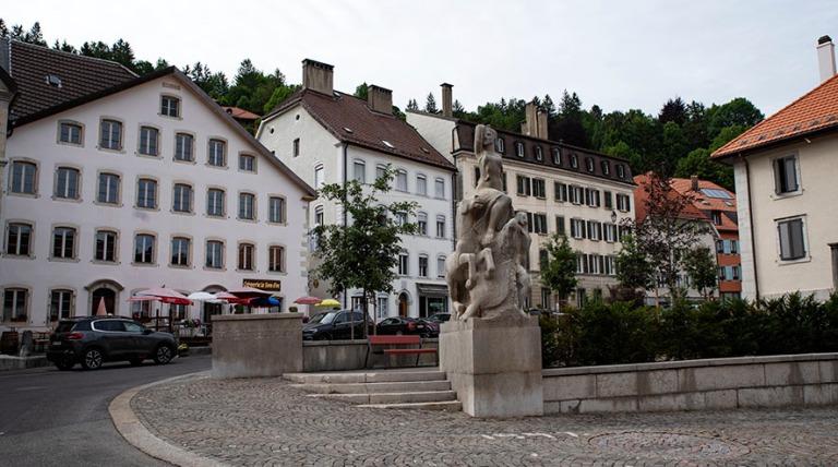 CH_190711 Sveitsi_0345 Le Loclen Place du 29 Février Neuchâtel