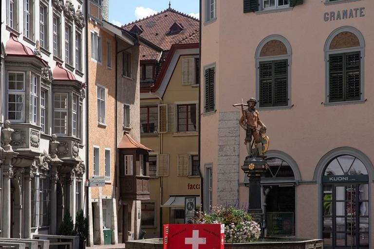 CH_190714 Sveitsi_0123 Schaffhausenin kaupungin Tellenbrunnen