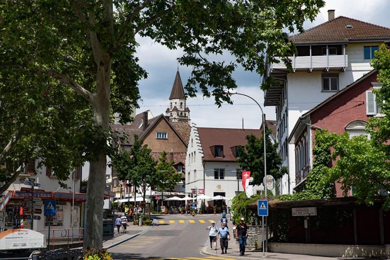 CH_190714 Sveitsi_0235 Neuhausen am Rheinfallin keskustaa Schaffhausenin kantonissa