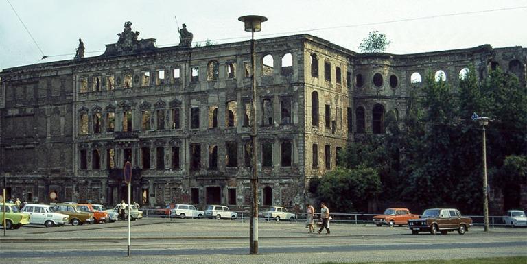 DE015822 Saksa Dresdenin Taschenberg Palais DDRssa 1983