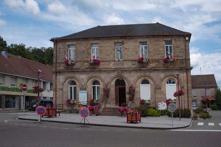 FR_190713 Ranska 0086 Ronchhampin juhlaliputettu ja kukitettu Ma