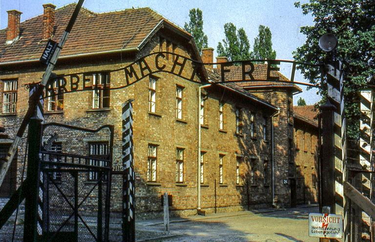 PL030116 Puola Auschwitzin keskitysleirimuseon portti 1986
