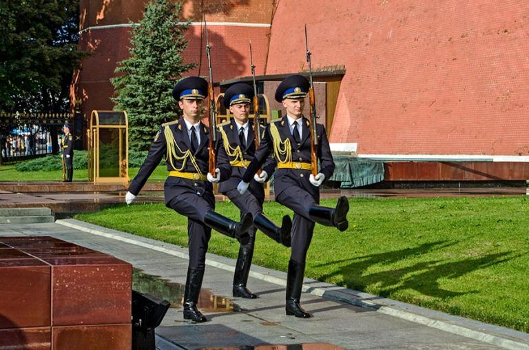 RU_120818 355 Venäjä Vahdinvaihto Moskovan Kremlin muurilla